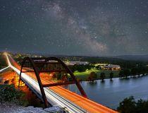 Nachthimmel über der Pennybacker Bridge in Austin © Justin Lauria